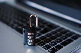 Symbolfoto IT-Sicherheit und Cybersecurity, Ein Schloss auf einem Laptop