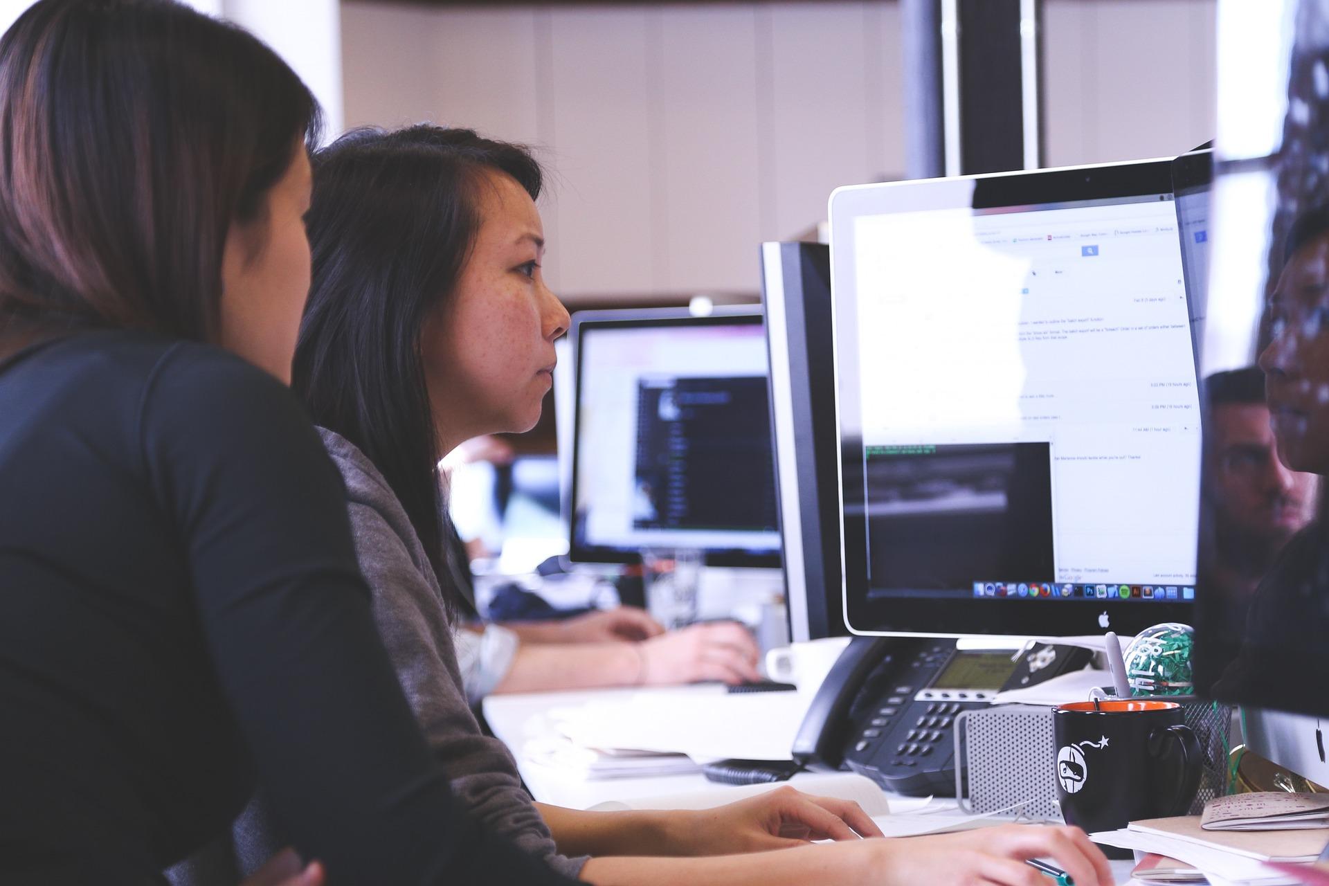 Studierende lernen oder arbeiten an einem PC