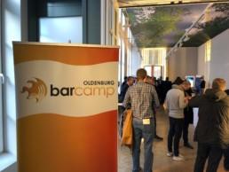 Eingangsbereich mit Logo zum Barcamp des Praxisforums Digitalisierung in Oldenburg