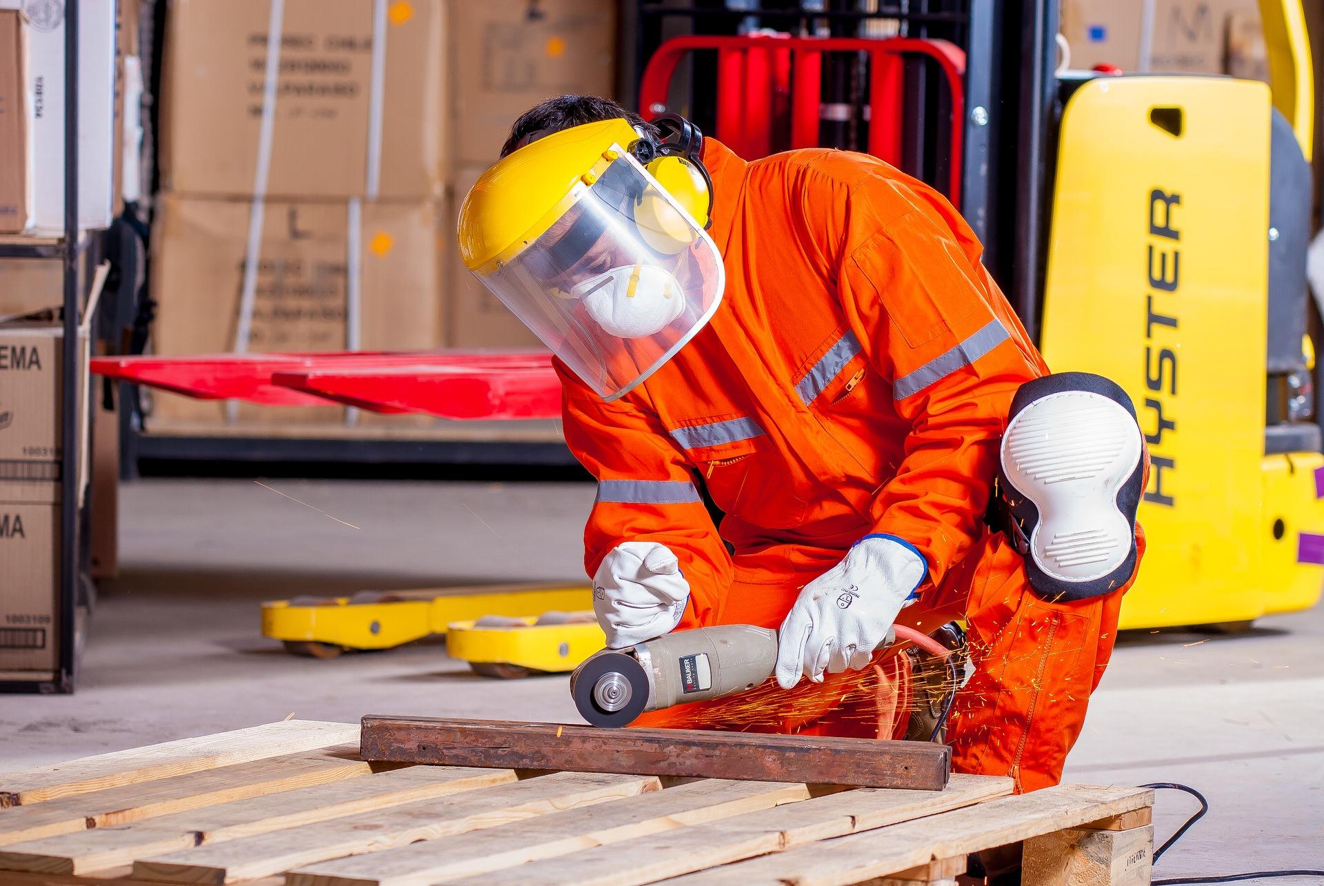 Ein Handwerker schleift ein Metallteil