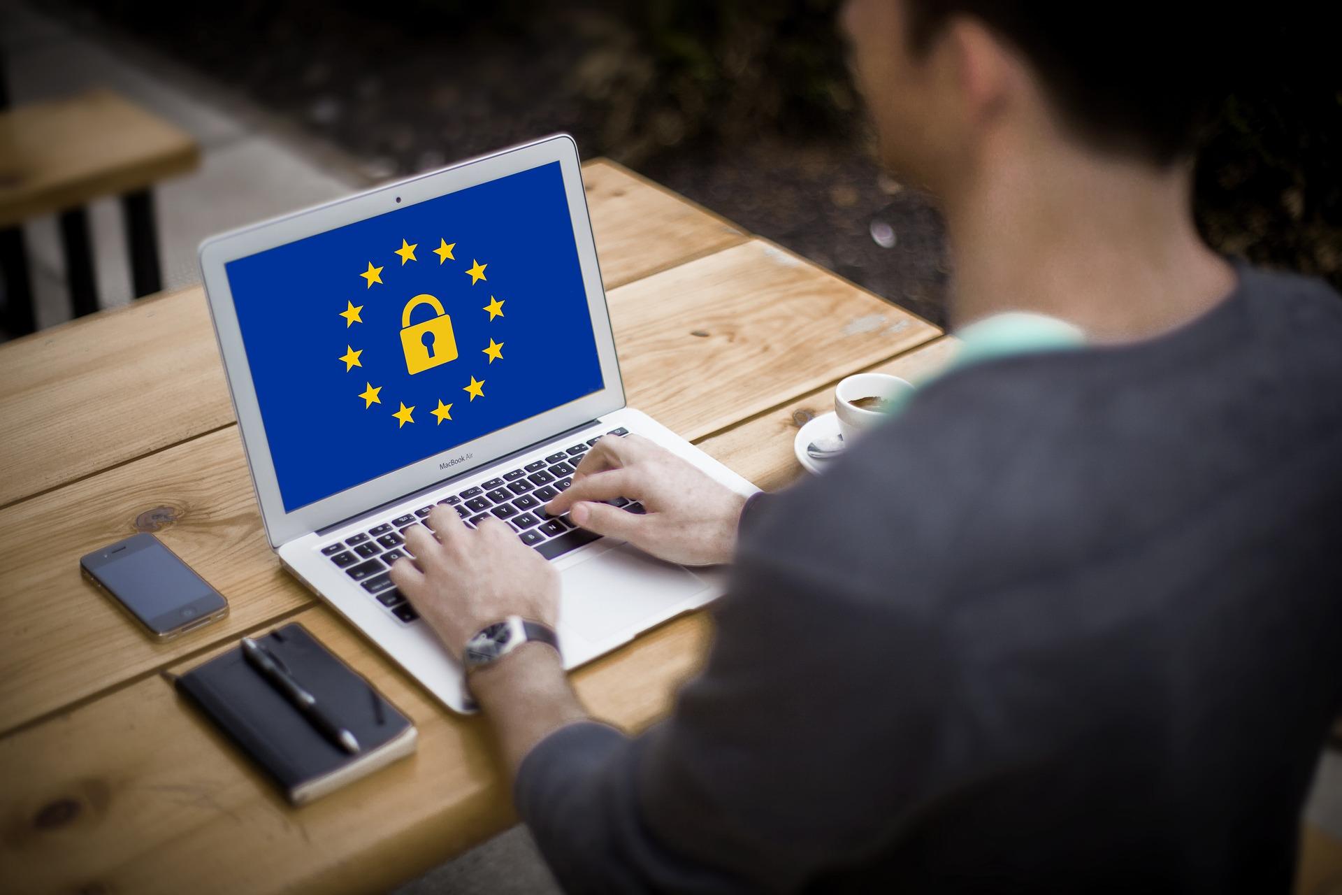 Sicherer Datenschutz mit ZAWAS, Mann sitzt vor Laptop und tippt.