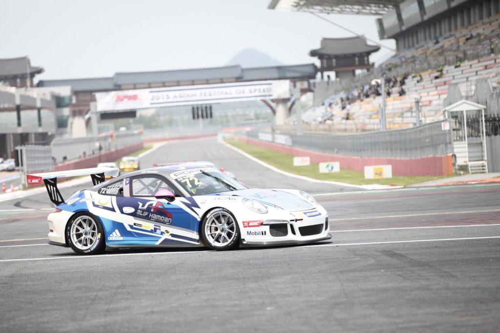 Porsche Rennwagen auf Rennstrecke