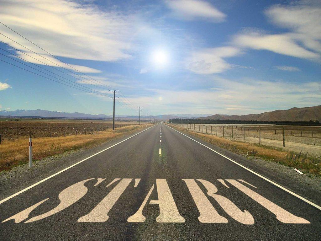 """Symbolbild Straße Richtung Horizont mit aufgemaltem Schriftzug """"Start"""""""