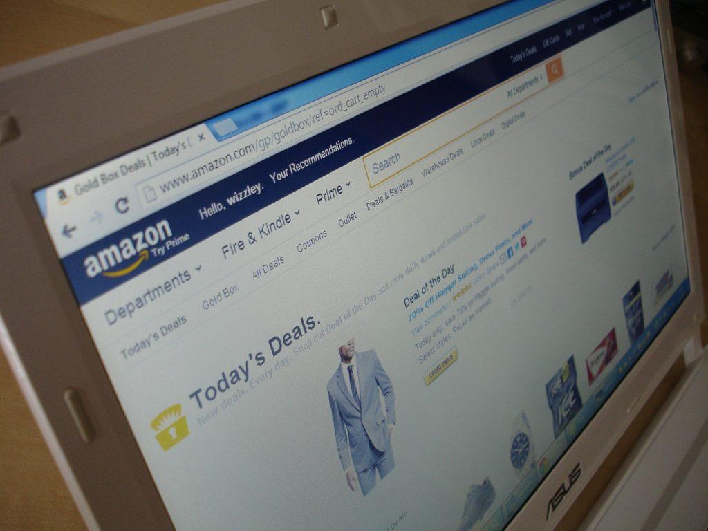 Webseite von Amazon auf einem Laptop.