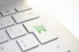 Symbolfoto Onlineshopping: Tastatur mit Einkaufswagen-Symbol auf der Enter-Taste