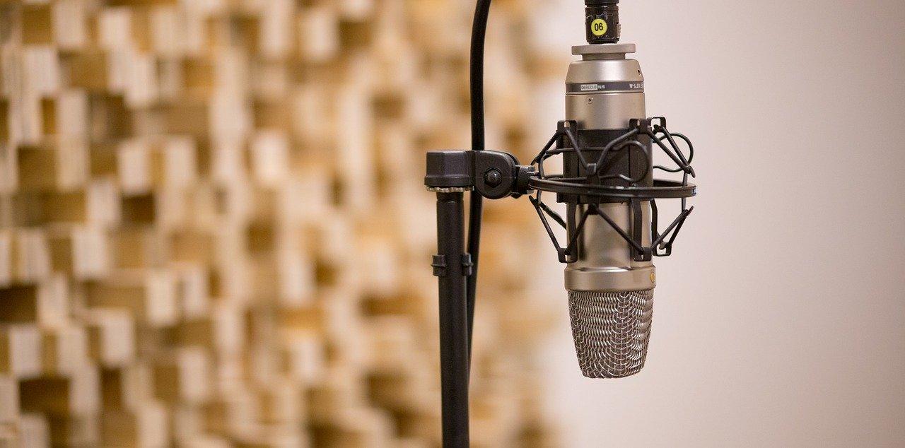 Mikrofon auf einem Stativ.