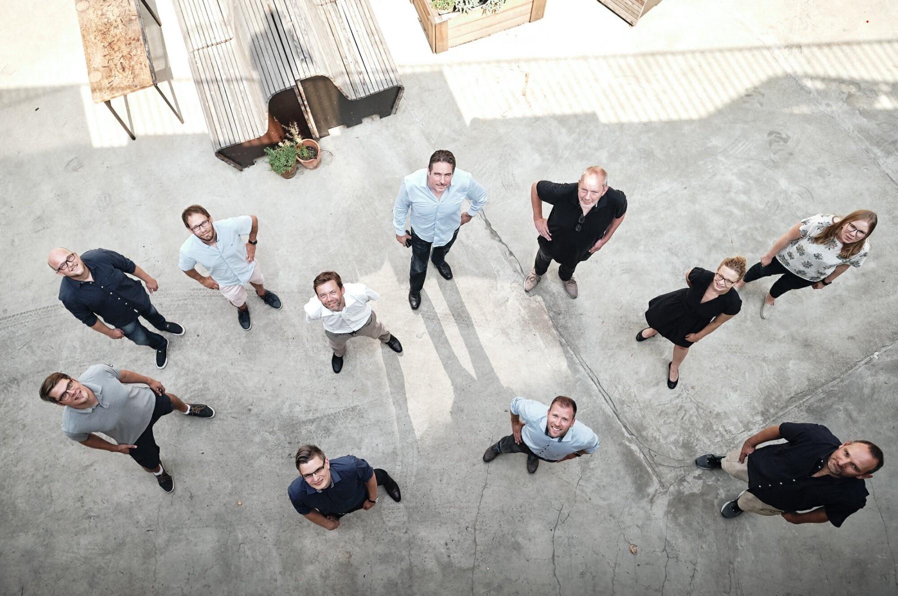 Gruppenbild mit Vogelperspektive der Teilnehmer des APITs Lab Workshops in Hannover.