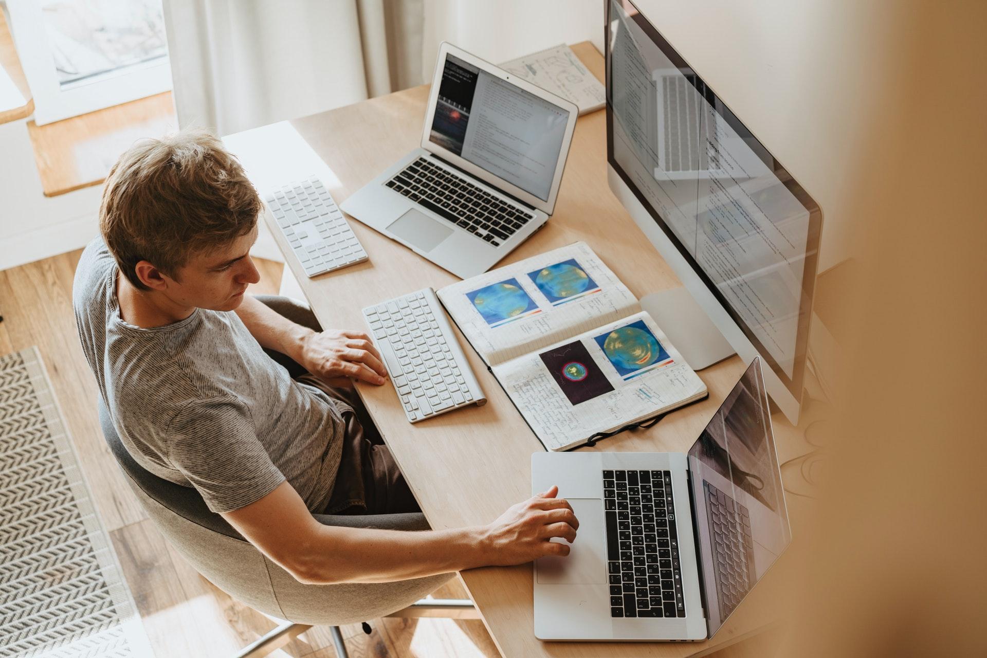 Mann am Schreibtisch nimmt an einem Online-Seminar teil.