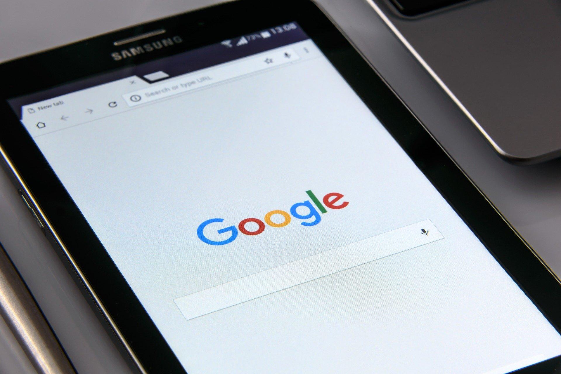 Tablet auf einem Schreibtisch mit der Homepage von Google