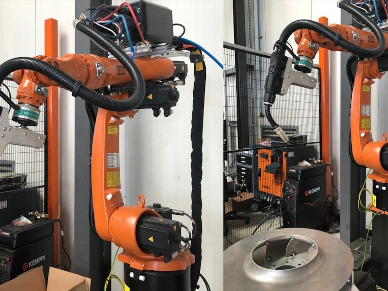 Collage aus zwei Bildern von Industrierobotern in einer Produktionshalle.