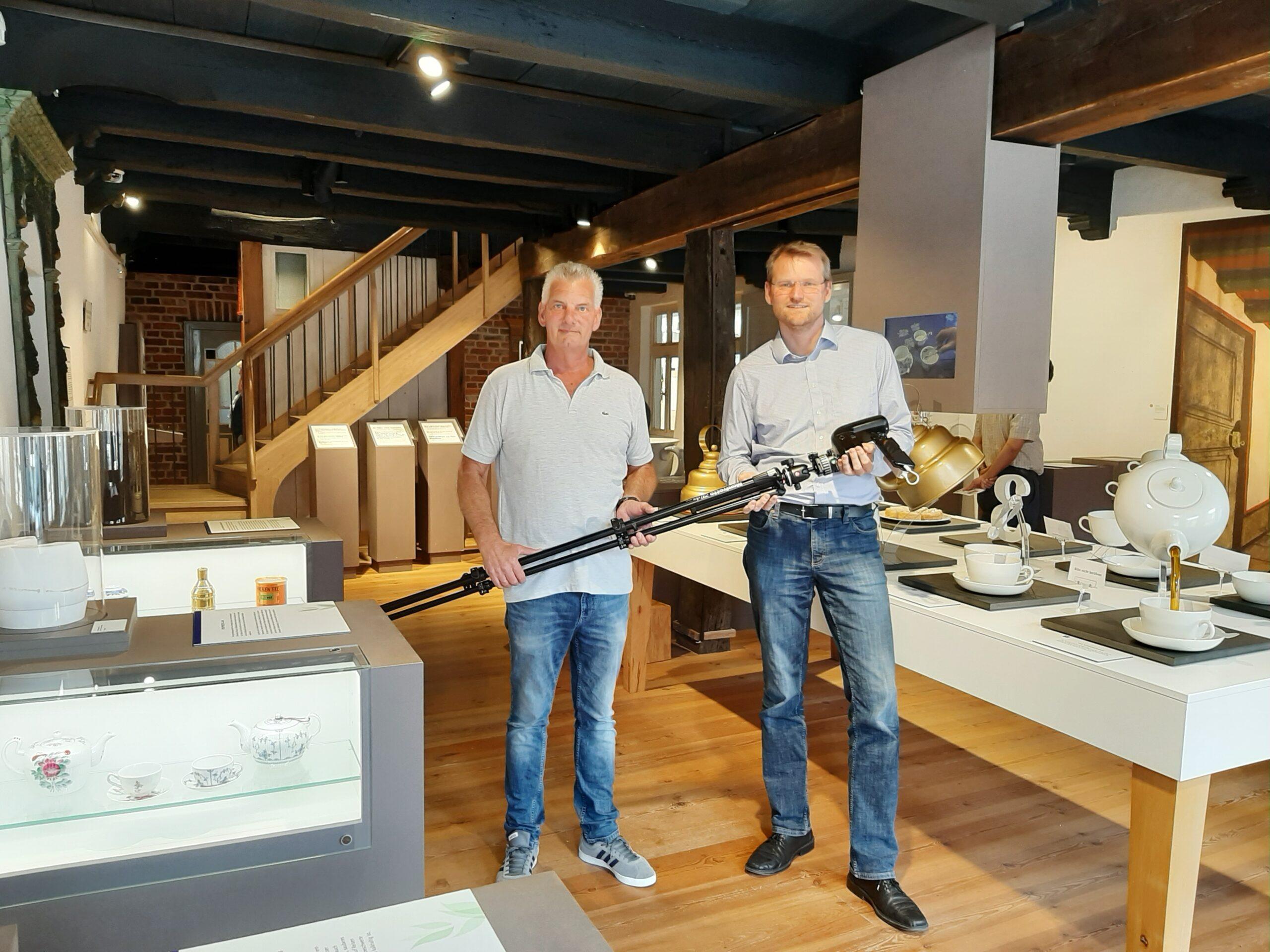 Dr. Matthias Stenger, Museumsleiter Ostfriesisches Teemuseum Norden und Jens Briese, Geschäftsführer 3D BLICKWINKEL Briese GmbH im Teemuseum mit der genutzten Kameratechnik nach Durchführung der 3D-Aufnahmen.