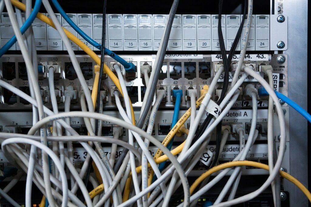 Blick auf den Kabelsalat eines Moduls im Serverraum.
