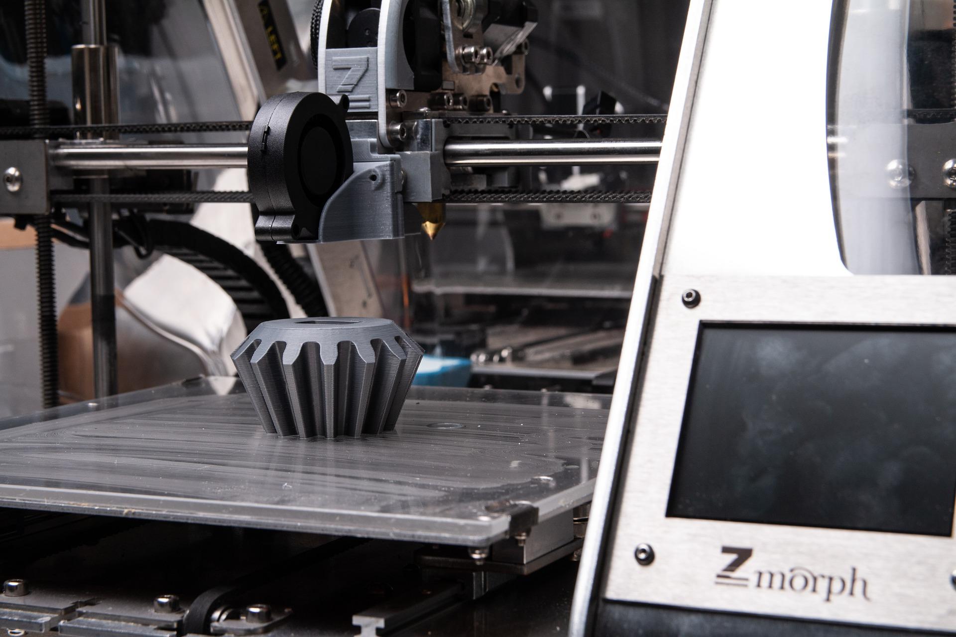 In einem 3D-Drucker entsteht ein Werkstück in Form eines Zahnrades.