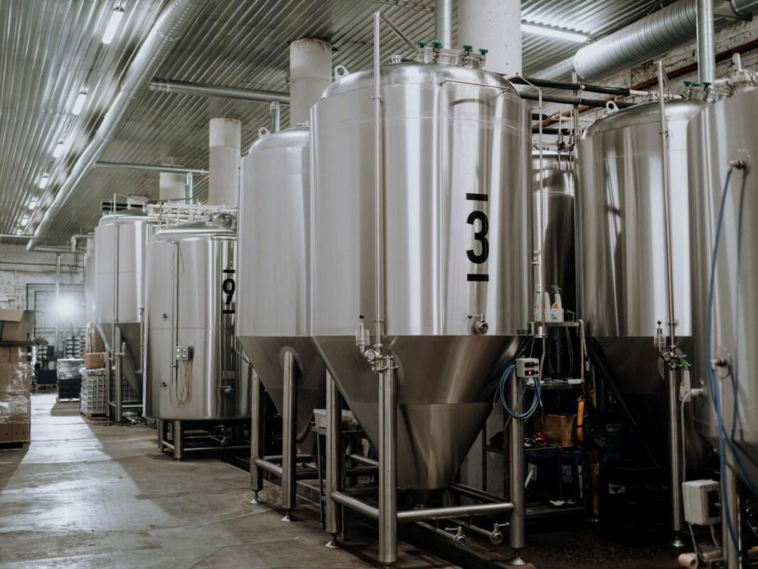 Blick in einer moderne Brauerei mit großen Brauckesseln aus Edelstahl.