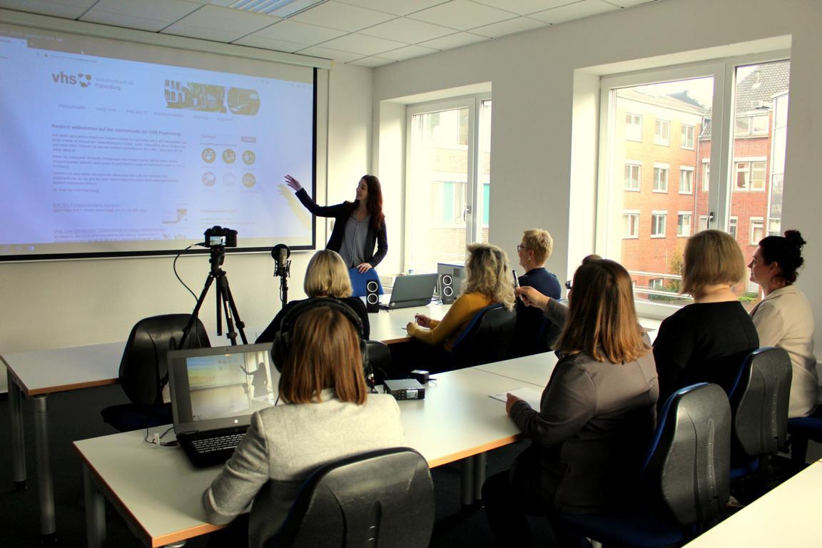 Ein Kurs im Haupthaus in der VHS Papenburg zum Einsatz von Social Media im Marketing
