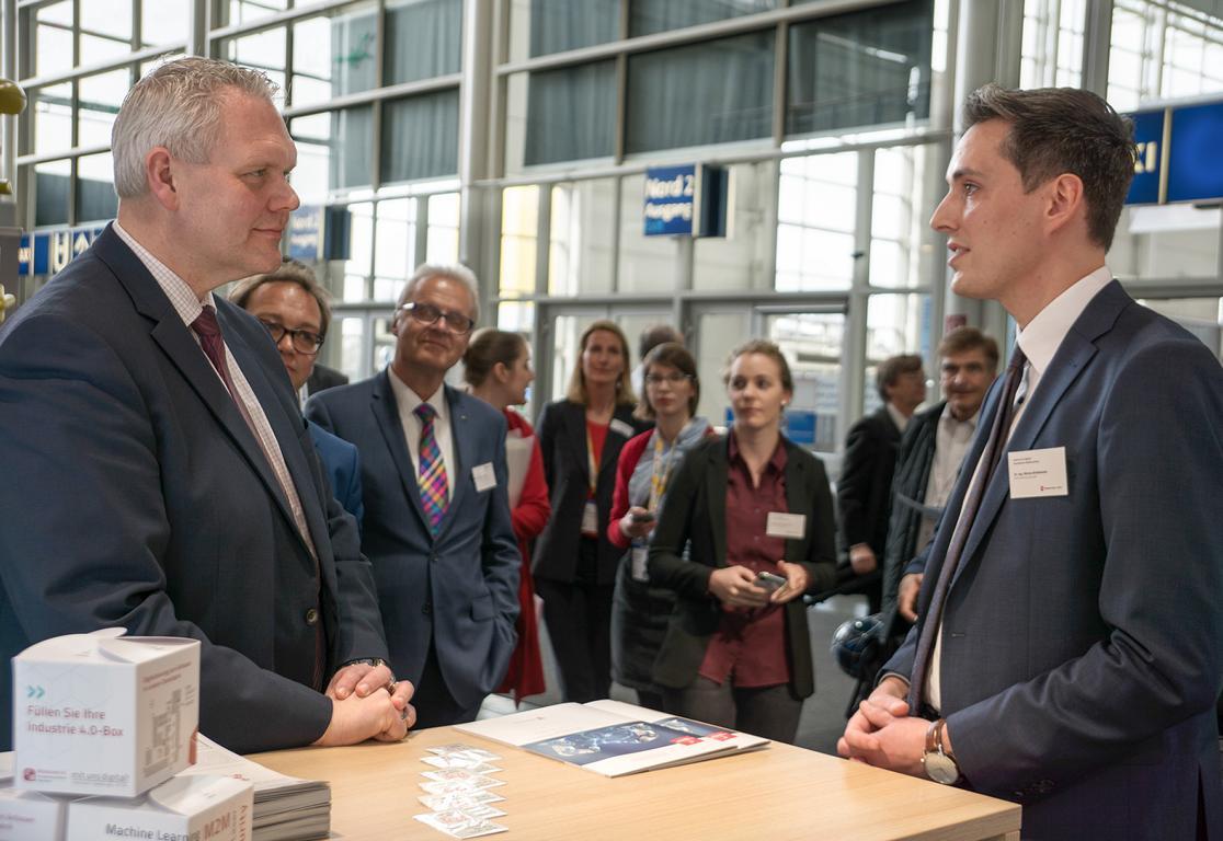 Geschäftsführer Marius Brinkmann stellt Wissenschaftsminister Björn Thümler auf der Hannover Messe die aktuellen Ergebnisse des ZDIN vor