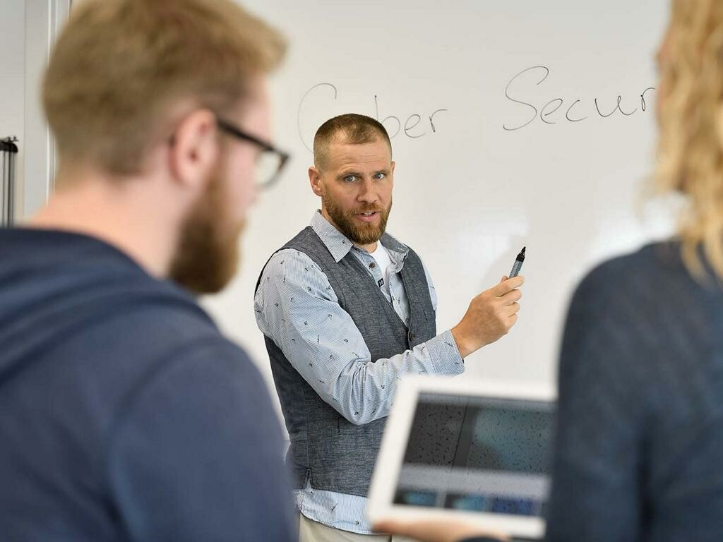 Dozent spricht zu Studierenden