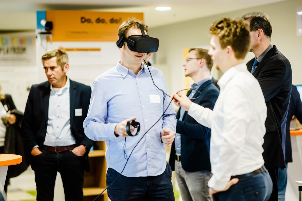 Personen testen Virtual Reality Equipment