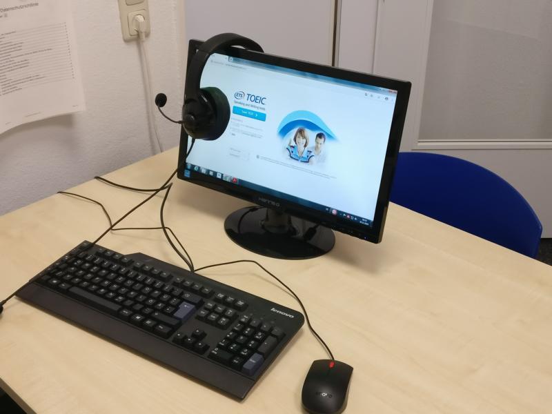 Computer mit Startbildschirm für einen Online-Sprachkurs