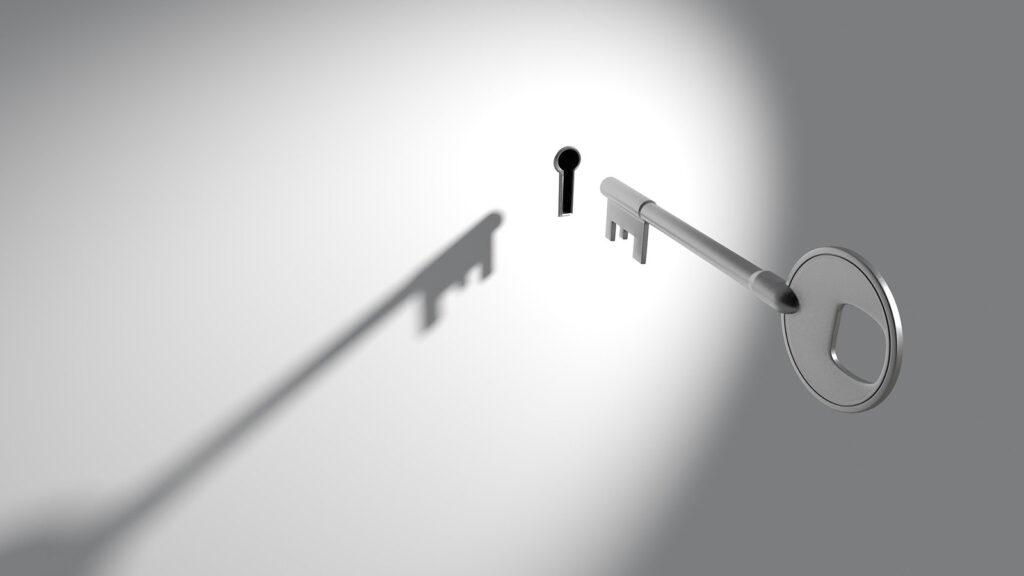 Ein Schlüssel vor einem Schlüsselloch