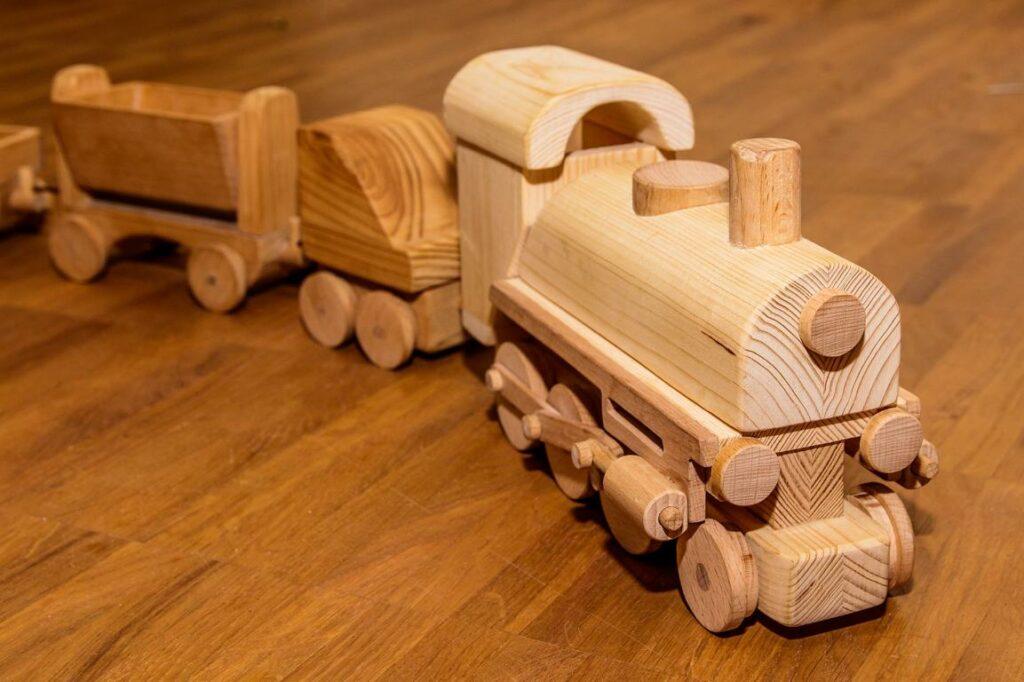 Eine Holzeisenbahn.