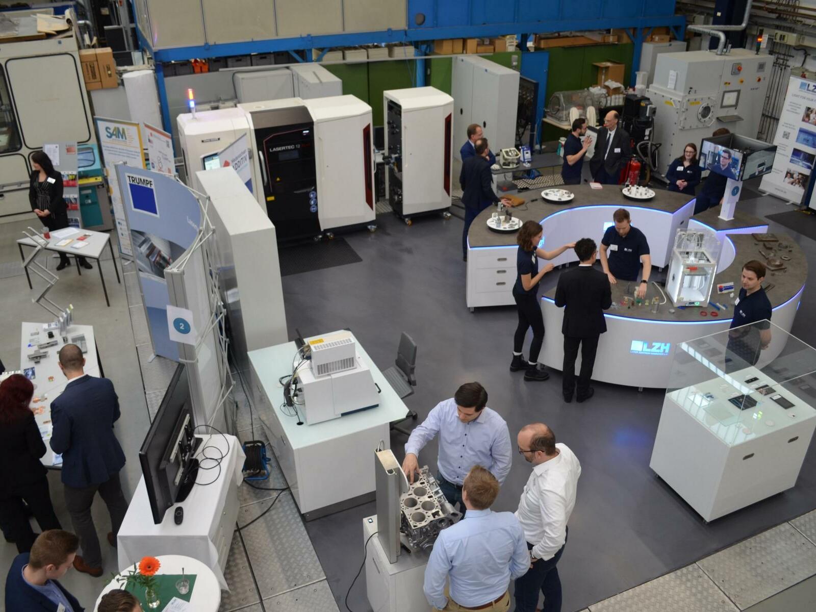 Blick auf diverse 3D-Drucker im Laser Zentrum Hannover.