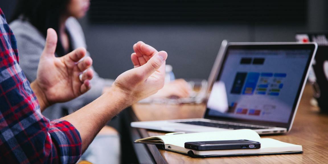 Zwei Perosnen sitzen vor einem Laptop und besprechen das Gesehene.