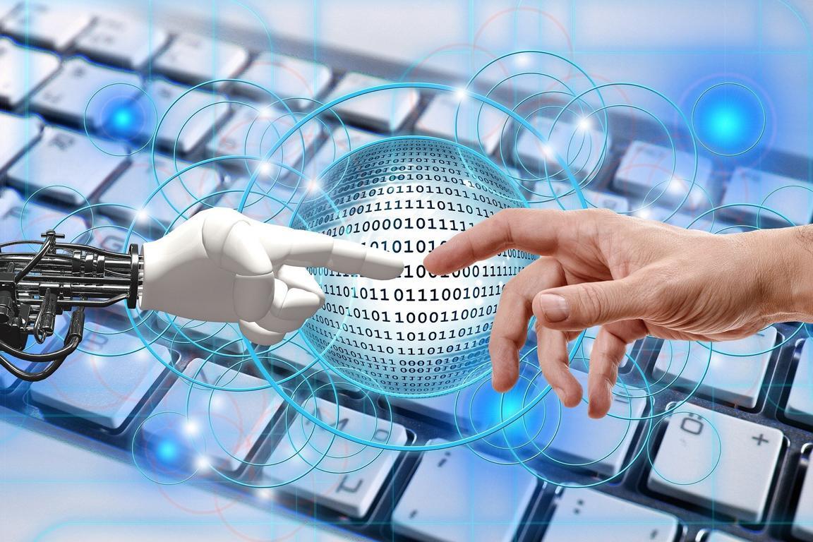 Bild: Roboterhand und menschliche Hand berühren sich.