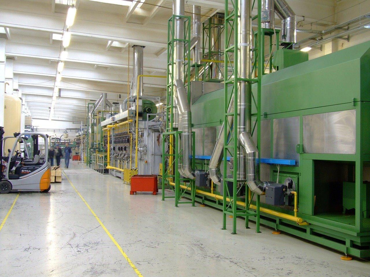Produktionslinie in einer Fabrikhalle mit mehreren Komponenten.