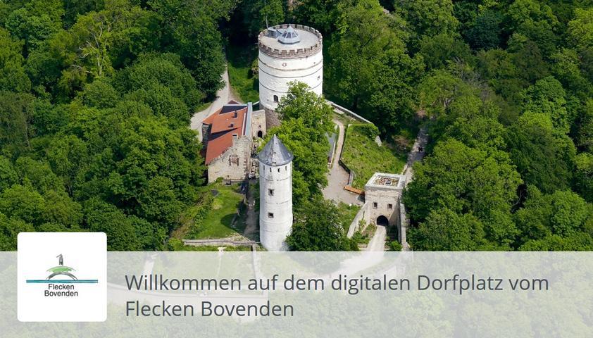 Luftbild einer kleinen Burg auf einem Hügel.