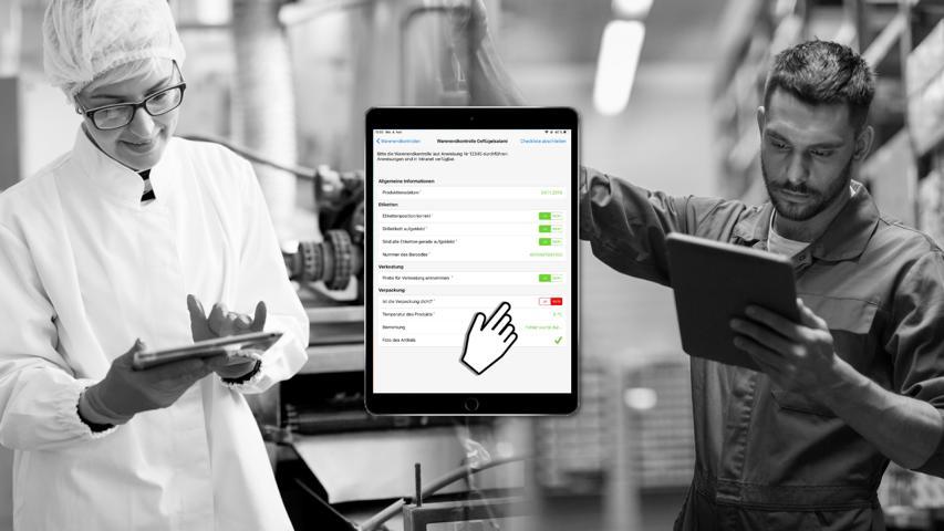 Fotomontage zwei Mitarbeiter im Betrieb mit Tablet.