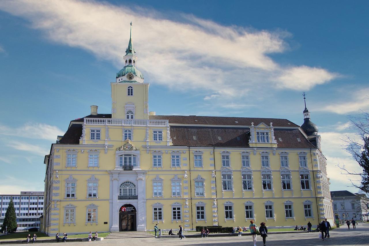 Blick auf das Oldenburger Schloss vor blauem Himmel.